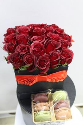 Kutuda 21 Güller ve Macaron
