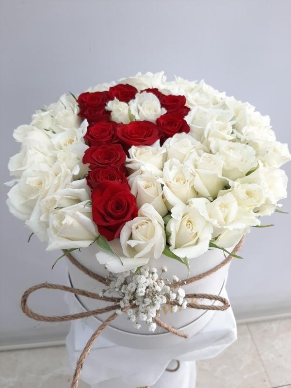 Kutuda Beyaz Kırmızı Harfli Güller
