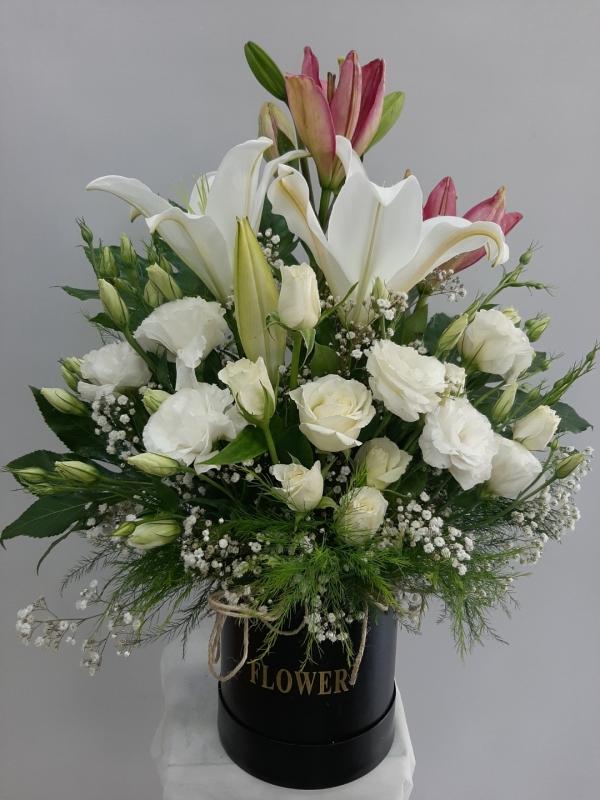 Kutuda Beyaz Çiçek Aranjmanı