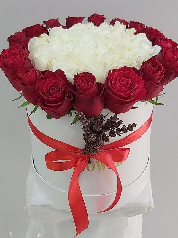 Kutuda Kırmızı Beyaz Güller