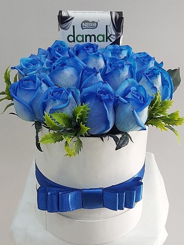 Kutuda 15 Mavi Gül ve Çikolatalar