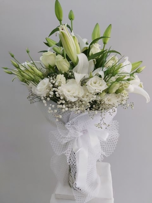 Beyaz Çiçeklerden Şık Buket