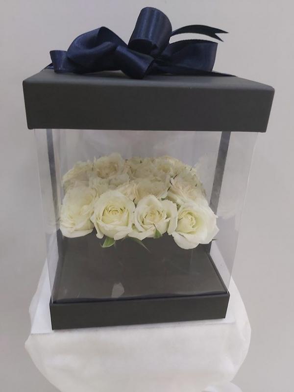 Siyah Kutuda Beyaz Güller