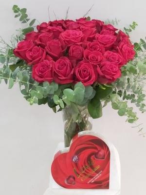 Vazoda 21 Kırmızı Güller ve Çikolata