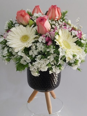 Vazoda İthal Güller ve Kır çiçekleri